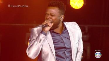 Érico Brás canta sucesso 'Pro Dia Nascer Feliz'