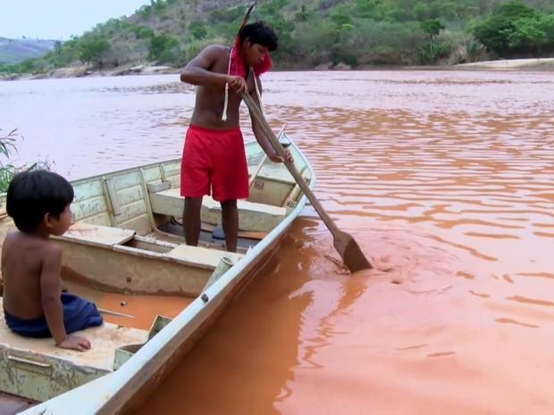 Índios da tribo krenak às margens do Rio Doce (Foto: Reprodução)
