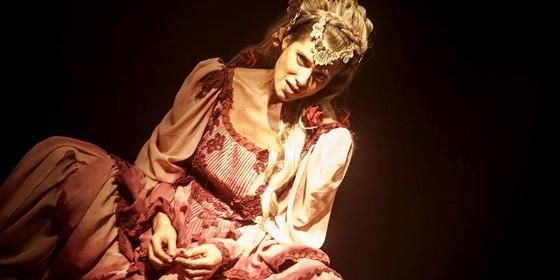Letícia Spiller é a prostituta Doroteia, que fica nua no espetáculo  (Foto: Carol Beiriz)