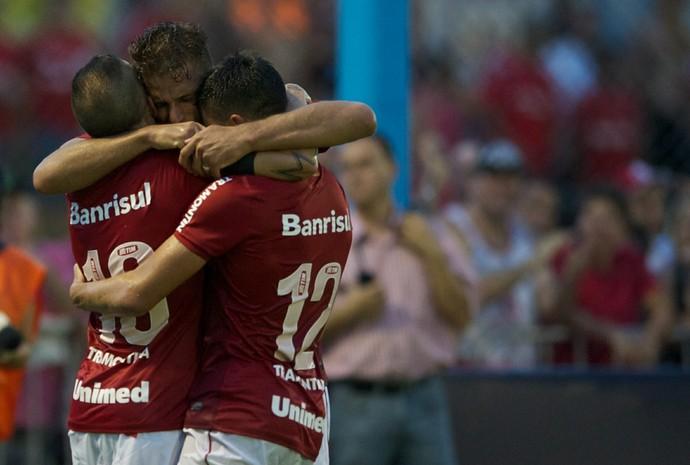 Rafael Moura recebe o abraço dos companheiros após fazer o segundo gol do Inter (Foto: Alexandre Lops/Internacional)