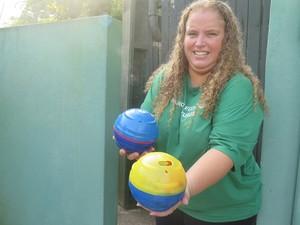 Bióloga Carla mostra alguns bolas que estão sendo utilizadas com os animais (Foto: Mariane Rossi/G1)