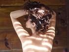 Claudia Ohana sensualiza em foto e esbanja boa forma aos 53 anos