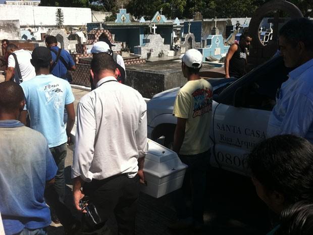 Menina morta em Costa Barros é enterrada em Irajá (Foto: Matheus Giffoni/G1)