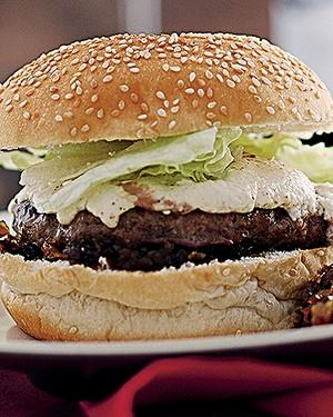 Hambúrguer de cordeiro com chutney de cebola e passas e queijo de cabra (Foto: Rogério Voltan/Editora Globo)