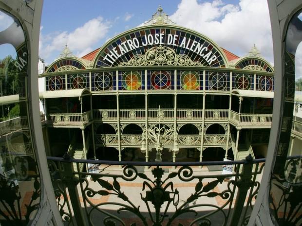 Theatro José de Alencar, com 102 anos de fundação, mantém arquitetura eclética e original, no Centro de Fortaleza.  (Foto: Alex Costa/Agência Diário)