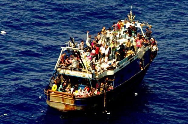 Foto divulgada nesta segunda-feira (4) mostra resgate de imigrantes no mar Mediterrâneo neste domingo (3) (Foto: MARINA MILITARE/AFP)