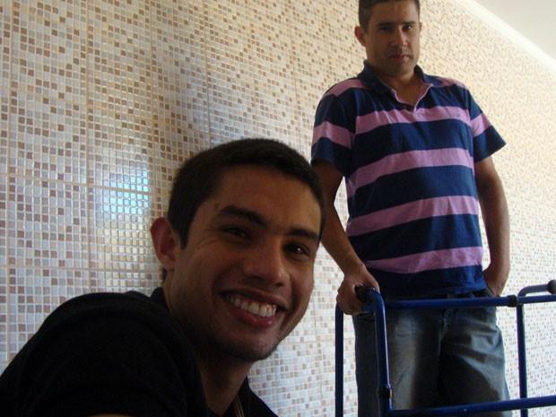 Walef, em primeiro plano, com o pai: troca de experiência para inovação na biomedicina (Foto: Daniela Ayres)