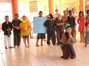 Alunos encenam peça no dia temático do projeto Amigos da Escola (Foto: Jenifer Zambiazzi/G1)
