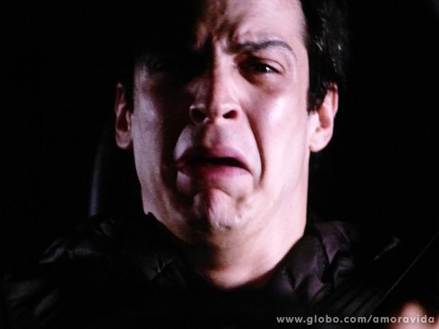 Félix chora horrores voltando para casa dentro do carro (Foto: Amor à Vida / TV Globo)