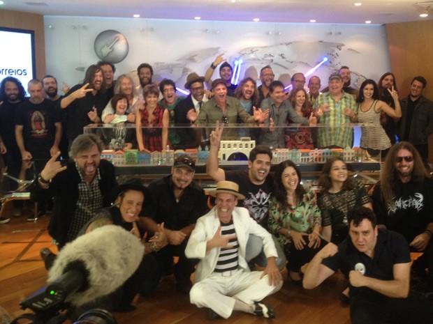 Equipe do Rock in Rock posa com atrações da Rock Street (Foto: G1)
