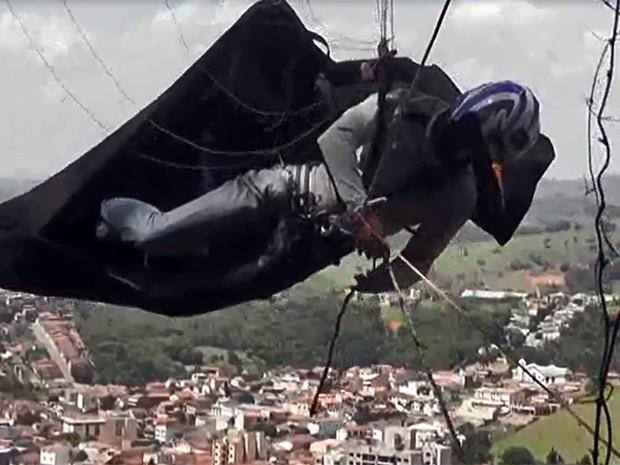 Depois de susto, piloto de paraglider é resgatado de árvore em Cambuí, MG (Foto: Corpo de Bombeiros)