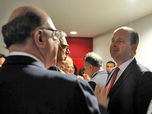 Em evento que lançou as diretrizes de seu programa de governo, Eduardo Campos conversa com deputados na Câmara (Foto: Zeca Ribeiro / Agência Câmara)
