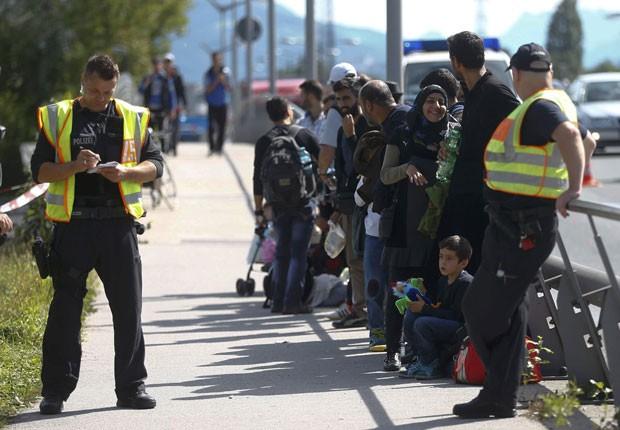 Migrantes são parados pela polícia após saírem caminhando de Salzburgo, na Áustria, e chegarem a Freilassing, na Alemanha, nesta quarta-feira (16) (Foto: Dominic Ebenbichler/Reuters)