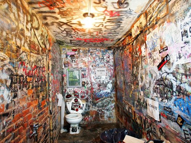 Banheiro com as paredes grafitadas do CBGB, em Nova York (Foto: Scott Gries/AFP)