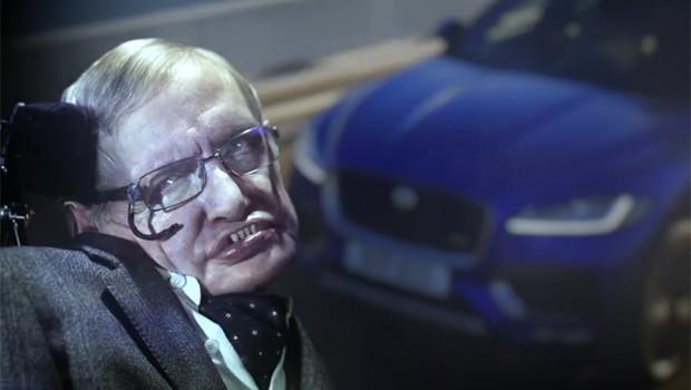 Vídeo: Stephen Hawking vira vilão em comercial do Jaguar F-Pace