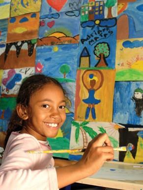 Aula de pintura na Casa do Zezinho, projeto apoiado pelo Criança Esperança em São Paulo (Foto: Divulgação Rede Globo)
