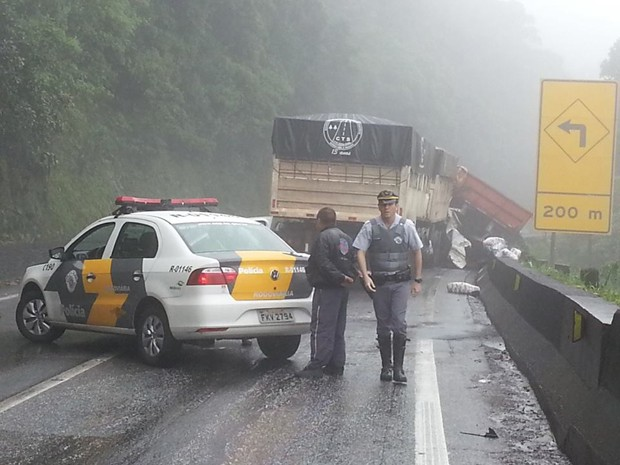 Acidente entre as carretas interditou a rodovia (Foto: Solange Freitas/TV Tribuna)