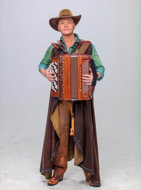 Michel Teló caracterizado como um dos personagens que interpreta no musical (Foto: divulgação)