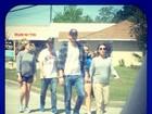 Mila Kunis exibe barriguinha de grávida ao lado de Ashton Kutcher