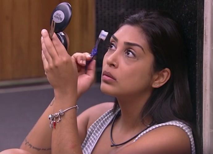 Amanda cuidando das sobrancelhas durante o BBB (Foto: TV Globo)