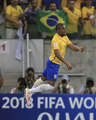 Douglas Costa pula sobre placa eliminatórias Copa 2018 Brasil x Uruguai (Foto: EFE/Sebastião Moreira)