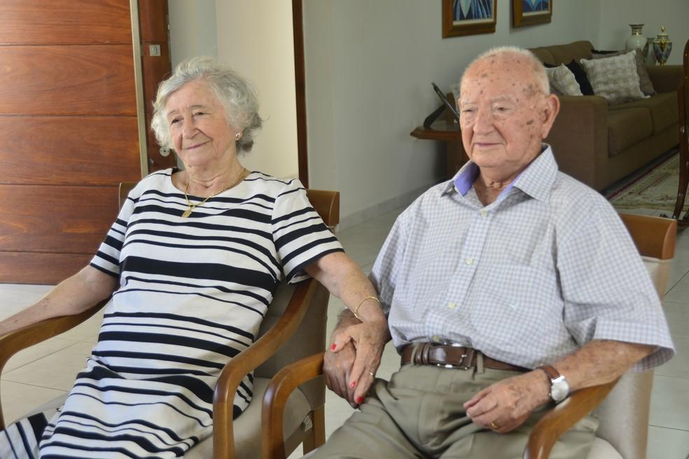 De mãos dadas, casal relembra histórias e conta detalhes sobre o casamento  (Foto: Andréa Tavares/G1 )