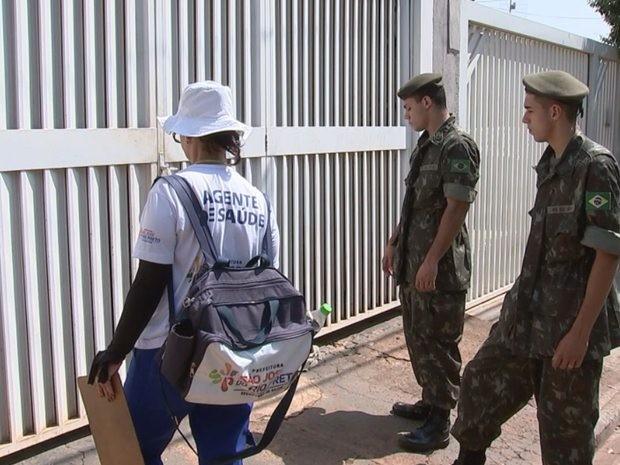 Agente de saúde e atiradores do tiro de guerra visitam casa durante arrastão contra dengue (Foto: Reprodução/TV TEM)