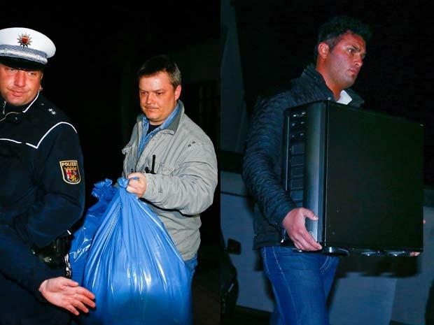Imagens mostram policiais saindo de casa em Montabaur com pertences da família do copiloto da Germanwings (Foto: REUTERS/Ralph Orlowski)