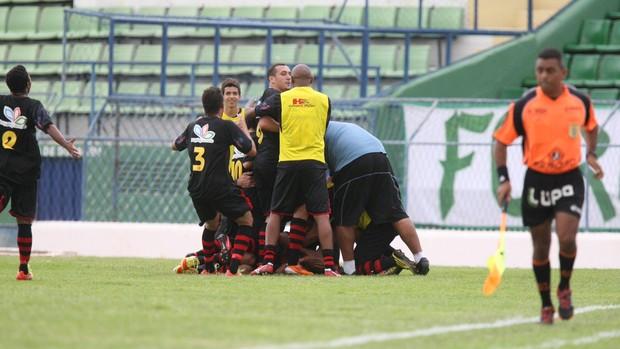 Jogadores do Guarani de Juazeiro comemoram gol que deu a vitória sobre o rival, Icasa (Foto: Normando Sóracles/Agência Miséria de Comunicação)