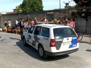 Polícia esteve no local do crime, em Vila Nova de Colares, na Serra. (Foto: Reprodução/TV Gazeta)