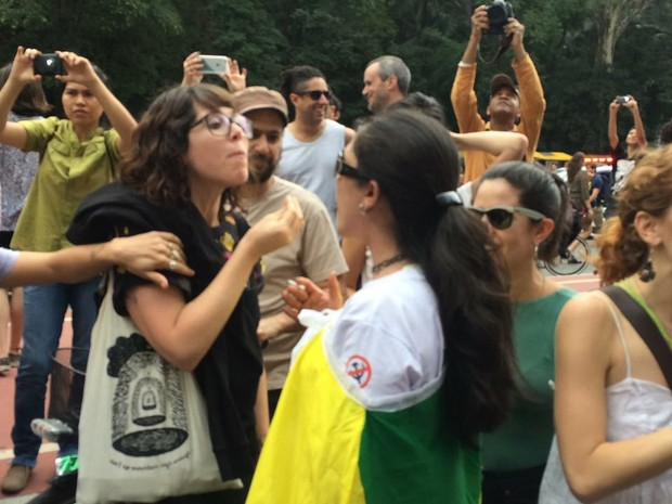 Manifestantes discutem na Paulista (Foto: Lívia Machado/G1)