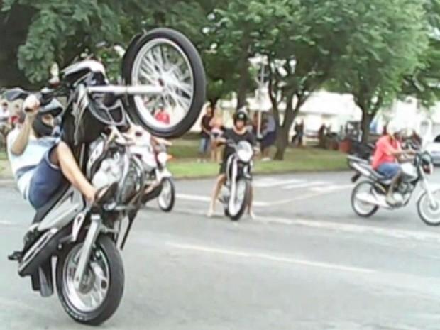 Adesivo De Bailarina ~ G1 Motoqueiros fazem manobras arriscadas em avenida de Rio Preto notícias em Rio Preto e