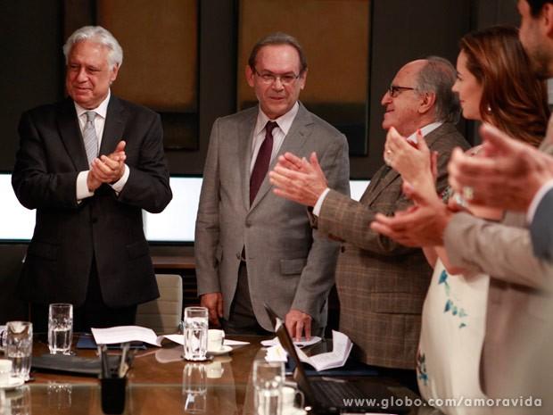 César anuncia Herbert como novo diretor clínico do hospital (Foto: Amor à Vida / TV Globo)