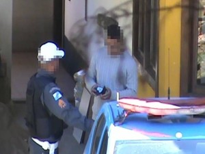 Policial receb propina de motorista (Foto: Polícia Militar/Divulgação)
