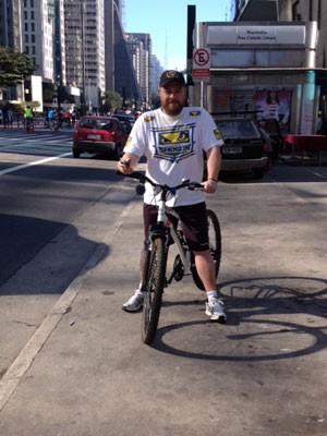 Advogado pedala na Avenida Paulista neste domingo (Foto: Vivian Reis/G1)