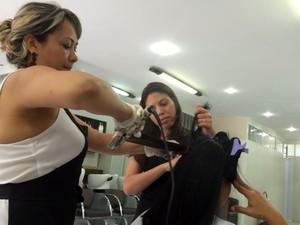 Cabelereira e dona de salão de beleza em Aldeia da Serra, Marisa Alves diz que não teve problema com falta d'água, mesmo com a crise (Foto: Isabela Leite/G1)
