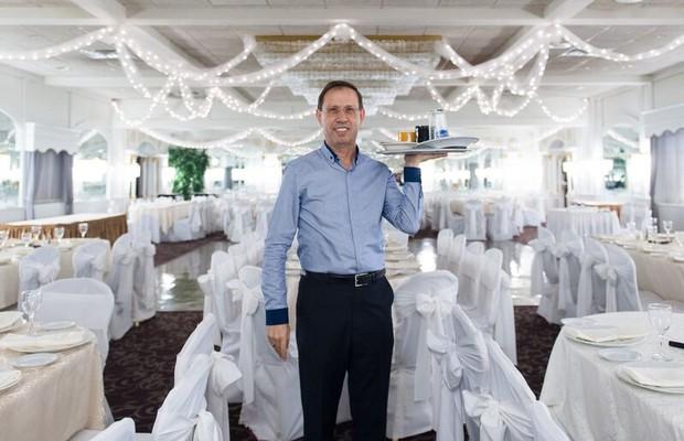 Carlos Wizard revisita restaurante Bethwood, onde trabalhou há 40 anos como lavador de pratos  (Foto: Divulgação)