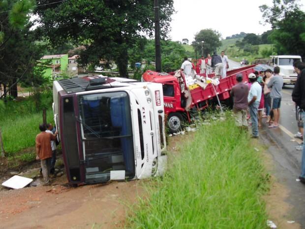 Ônibus coletivo tomba e deixa feridos em São Lourenço. (Foto: Blog São Lourenço News/Jodil Duarte)
