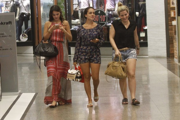 Bruna Marquezine em shopping do Rio (Foto: Marcos Ferreira / Foto Rio News)