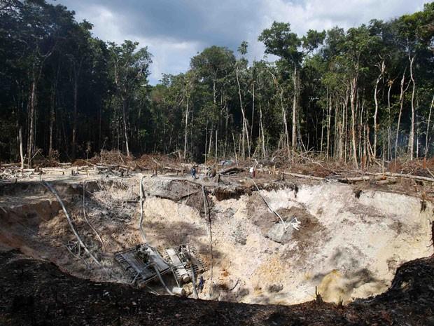Garimpo ilegal localizado no meio da floresta amazônica, na fronteira entre a Bolívia e Brasil (Foto: Jorge Silva/Reuters)