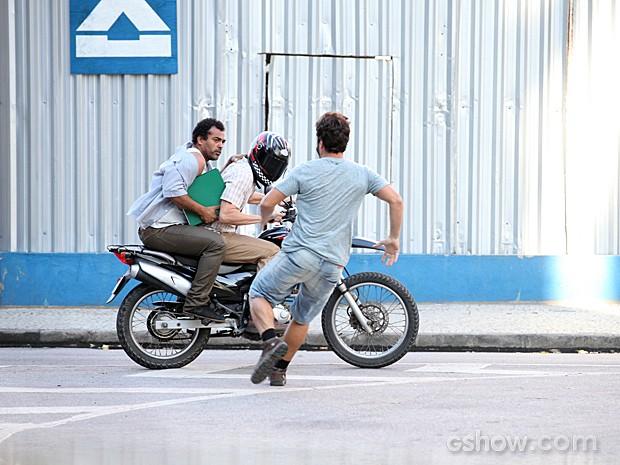 O jovem tenta recuperar o documento, mas é tarde demais (Foto: Pedro Curi/TV Globo)