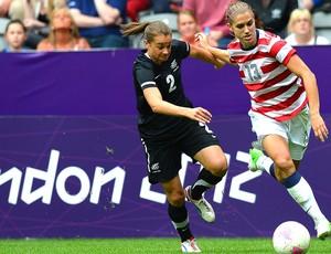 Alex Morgan na partida de futebol dos Estados Unidos contra a Nova Zelândia (Foto: AFP)