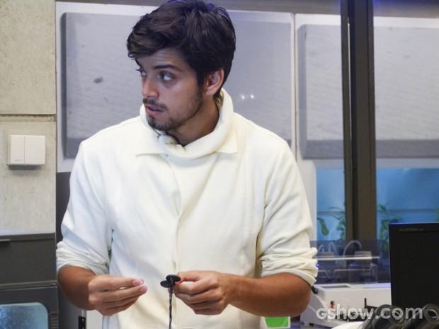 Marlon esconde fórmula completa em um cordão (Foto: Além do Horizonte/TV Globo)