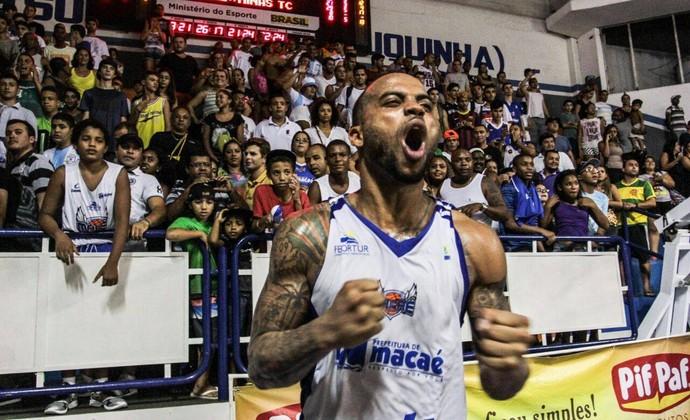 Jamaal Smith, torcida do Macaé Basquete (Foto: Bruno Campos)