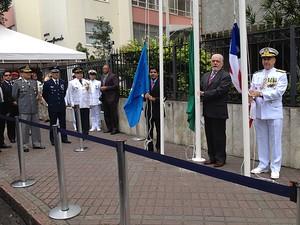 ACM Neto, Jaques Wagner e Luiz Henrique Caroli hasteam as bandeiras de Salvador, da Bahia e do Brasil. (Foto: Maiana Belo / G1)