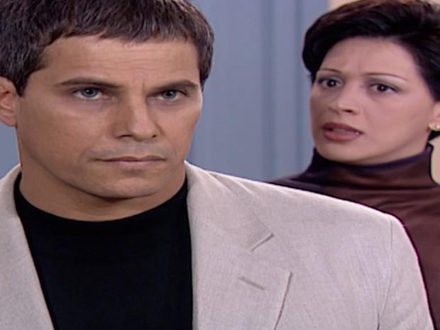 Henrique conta a Ângela que não tem como recuperar o dinheiro que desviou do shopping