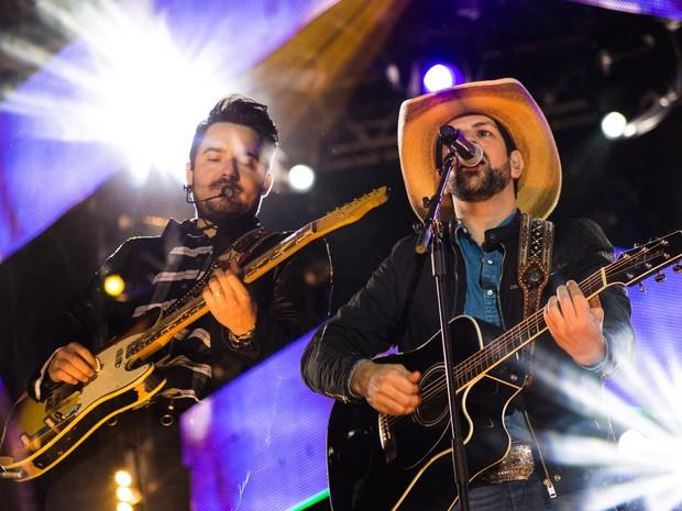 'As Mina Pira', de Fernando & Sorocaba, levantou o público na arena de Barretos, SP (Foto: Mateus Rigola/G1)