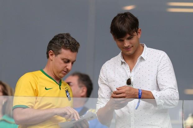 Ashton Kutcher e o apresentador Luciano Huck (Foto: William Volcov /BPP/AgNews)
