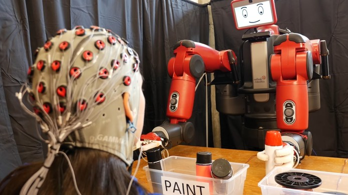 Robô recebe alertas de erros via sinais do cérebro (Foto: Divulgação/CSAIL)