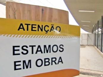 'Estamos em obras', diz placa no Aeroporto de Confins, na Grande BH (Foto: Reprodução/TV Globo)